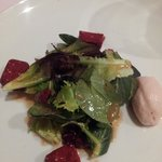 Salad with duck confit dusted with raspberry powder