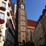 Здание церкви на прилегающей к Карлплац улице