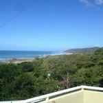 vista de la playa desde la seccion arriba del comedor
