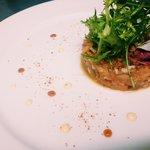 Tartar de salmón, kimuchi no moto y crema de la pasión.