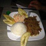 caranguejo negro, banana e arroz de coco