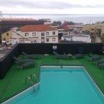 Terraza y piscina desde la terraza superior.