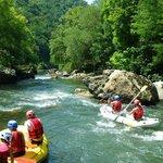 Un aperçu du merveilleux paysage lors de votre descente en eau vive de la vallée de la Nive