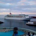 Blick vom Balkon. Einlaufendes Kreuzfahrschiff