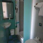 salle d'eau, pas séparée de la chambre