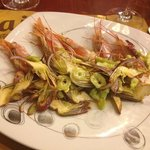 Креветки с артишоками и салатом