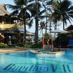Вид на ресторан, бассейн и море