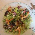 Une salade de saison aux fruits secs et crevettes