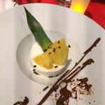 Mousse de noix de coco, ananas et coulis de chocolat chaud