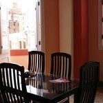 Salle à manger commune à 3 chambres à notre disposition, il y a une petite cuisine également