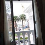 El pequeño balcón de la habitación