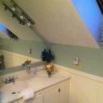 The bathroom in the White Peaks Room.