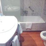 Baño amplio y bien equipado
