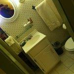 The bathroom of the Clove room.