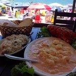 A lagosta tropical acompanha arroz normal, arroz temperado e batatas souté. O preparo da lagosta