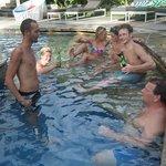 Heerlijk drankje bij het zwembad met zijn alle!