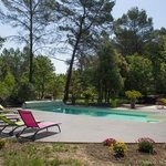 Piscine dans le parc - Grande terrasse avec bains de soleil et tables basses