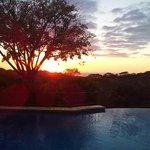 Vue sur la piscine et son magnifique coucher de soleil