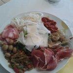 Une assiette italienne copieuse à partager en anti pasti ou complète pour un repas !