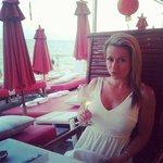 Ma copine dans le sublime de la plage rouge....