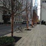Vista da rua assim que sai do hotel. Logo na esquina é a fifth  avenue