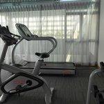 Salle de fitness: tapis de course et vélo