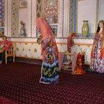 abiti tradizionali femminili e culla