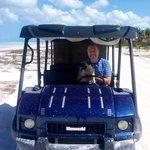 Roberto con la mascot Puka ed il suo golfcart