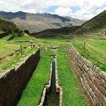 Tipón: acueducto principal y al fondo vista del valle.