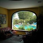 Magnifica vetrata vista piscina.
