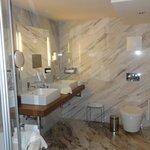banheiro espaçoso mas com péssimo layout