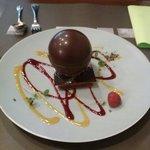 Sphère. Chocolat avec une mousse caramel et biscuit