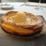 Tarta de manzana caliente con helado de vainilla un lujo y un placer para el paladar