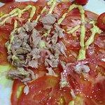 Carpaccio de tomate com atum