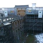 「本丸一文字門石垣・大手橋」の修復は終わって、周辺の工事が継続中