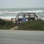esse pontezinha leva a praia..um charmezinho feito pelo hotel...