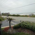entrada do hotel e o primeiro quarto fica atras desse declive e arbustos..nao se ve o mar dali