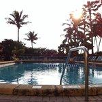Piscina do hotel e com acesso direto para a praia de Miami Beach e pista de exercícios. Uma bela