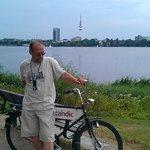 С велосипедом у озера