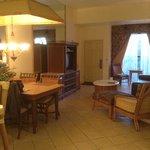 El salón con muebles anticuados