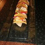 Taquitos de atún sellado con salsa de frijoles