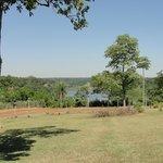 Vista del río desde el parque del hotel