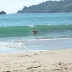 yo en la playa, olas increible para surf
