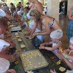 Дети делали печенье.
