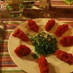 Avec une belle salade fraîche et ses petites tomates.