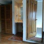 Vista de labavo y entrada al baño