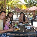 mi familia almorzando