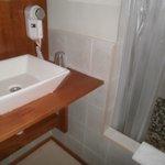 Detalle del cuarto de baño donde se observa el secador de pelo.
