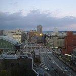 直ぐに駅前広場が見えます。朝日も夕景も綺麗です。
