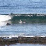Surfere på stranda.